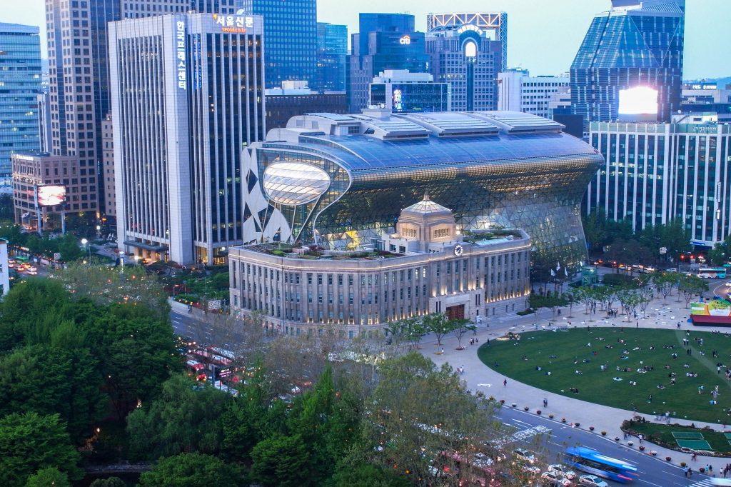 Arquitectura antigua y moderna en la ciudad de Seúl