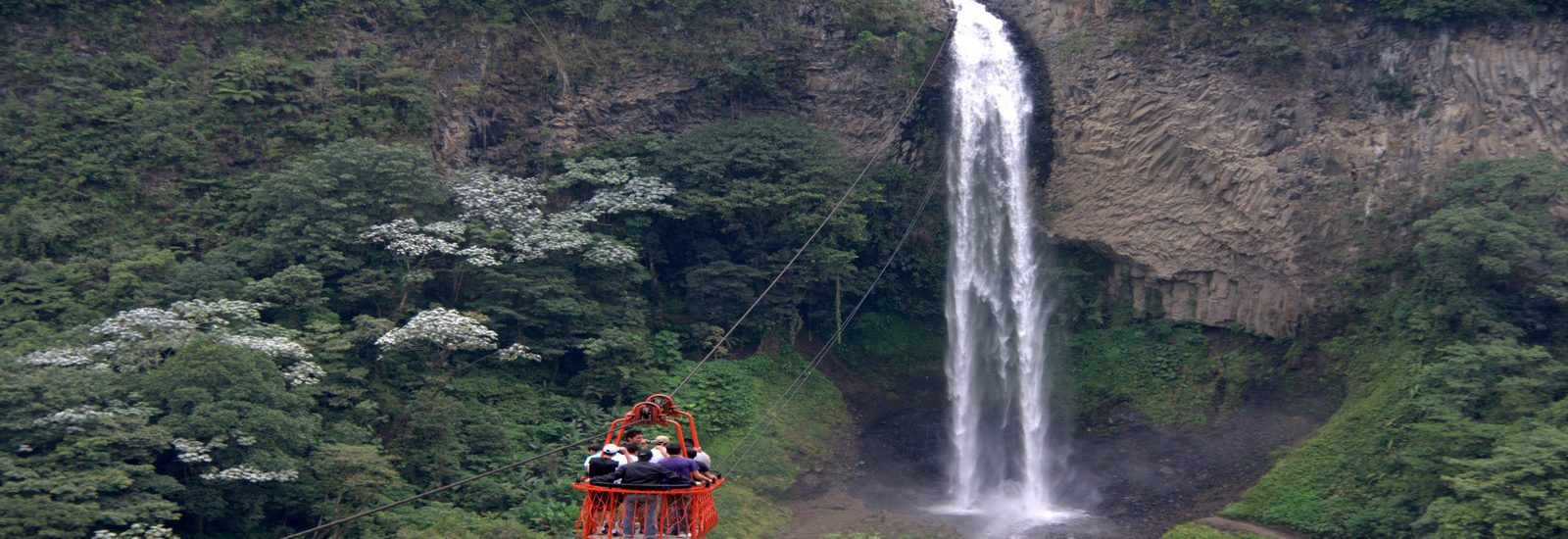 Baños de Agua Santa, la entrada a la cuenca amazónica de Ecuador